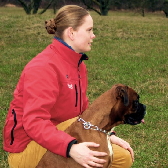 Frau Maas kauert mit Boxer